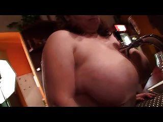 BBW बारटेंडर उसे नग्न knockers दिखाता है