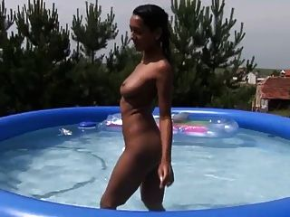 सेक्सी श्यामला पूल में हस्तमैथुन