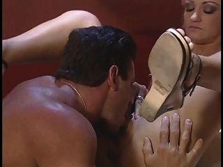 गोरा फूहड़ उसे तंग गधे तीन उंगलियों के साथ भरवां हो जाता है