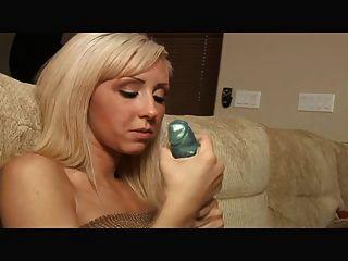 सुनहरे बालों वाली लड़की नीले थरथानेवाला jerkoff निर्देश के साथ