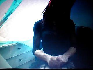 बहिन कार्लोना को उसके छोटे नरम चट्टानों को दबाने और दूध देना