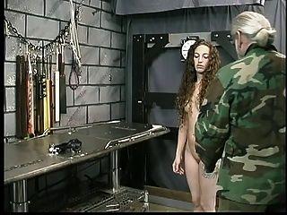 टैटू के साथ प्यारा युवा श्यामला तहखाने में मास्टर लेन द्वारा प्रतिबंधित है