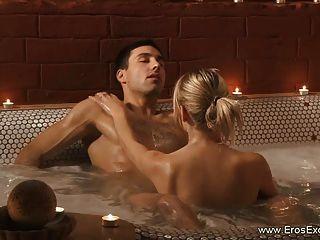 एक रोमांटिक बुलबुला स्नान होने के दौरान कामुक गुदा कमबख्त