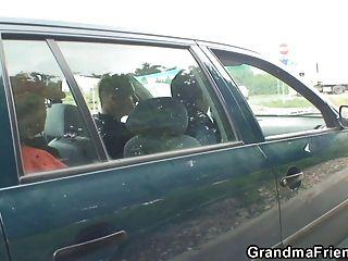 पुरानी कुतिया बाहर दो लंड लेता है