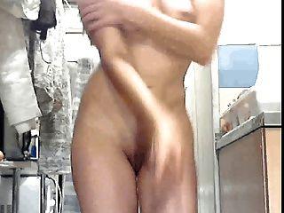 सेक्सी बोस्नियन महिला अपने कपड़े धोने कर रही है