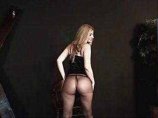 एक छोटे से कपड़े में छोटे स्तन आकर्षक और नाइलन कुछ कार्रवाई के लिए तैयार हो रही है