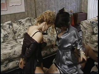 परिपक्व उप लेस्बियन त्रिगुट में निपल्स और licks गधे sucks