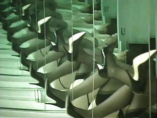 दर्पण के सामने नीचे पहनने के कपड़ा नृत्य में लड़की और उसके गधे गालों फैलता है