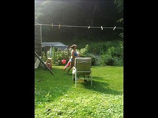 पत्नी कपड़े धोने कर रही !!!