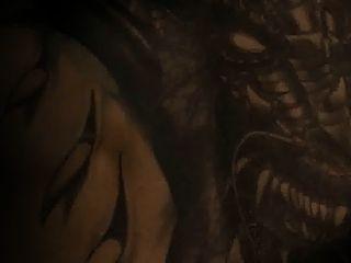 नाओमी ने ड्रैगन टैटू (स्वीडन) के साथ लड़की को दबाना