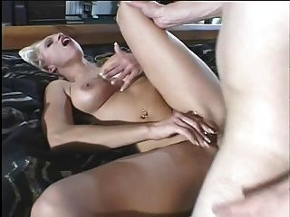बैंगनी अंडरवियर में गर्म गोरा गर्म महिला उसकी योनी में एक धड़कते युवा डिक प्यार करता है