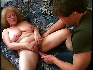 गोल - मटोल दादी बूढ़े और fucks युवा आदमी