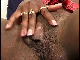 काली लड़की पैर और उंगलियों उसे सुंदर बिल्ली फैलता है