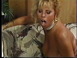 वसा स्तन के साथ एक बेहद गर्म गोरा पीठ से टक्कर लगी है