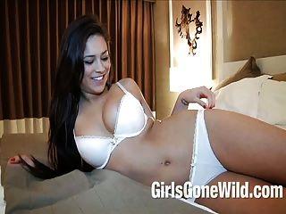 बड़े प्राकृतिक स्तन के साथ सींगदार युवा 19 वर्षीय कॉलेज लड़की
