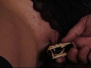 प्यारा युवा श्यामला उसे मुंडा बिल्ली उसके पुराने गुलाम मास्टर द्वारा clamped है