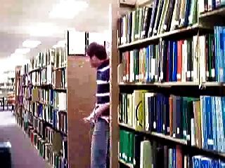 आदमी विश्वविद्यालय पुस्तकालय में पथपाकर