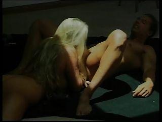 गर्म गोरा गर्म महिला उसे बिल्ली पाला और उँगलियों हो जाता है, तो गड़बड़