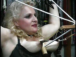 गोरा उसे स्तन दुर्व्यवहार हो जाता है, तहखाने में रस्सियों के साथ खेलता है