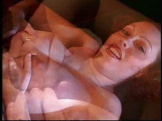 सींग लड़की एक मोटी मुर्गा के आसपास उसके अच्छे प्राकृतिक स्तन wraps