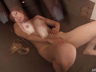 भव्य और सींगदार साकुरा हिरोटा उसके स्तन और मवाद के साथ खेलता है