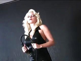 काले लेटेक्स catsuit में मालकिन