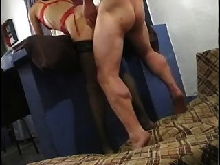 युगल fucks और dildo के साथ खेलता है