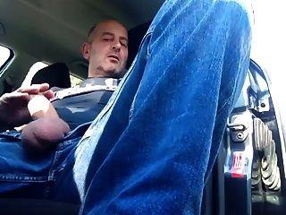कार में धूम्रपान और मरोड़ते