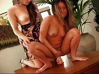 प्यारा वालियां मेज पर dildo के साथ खेलती हैं