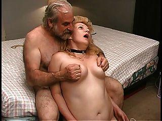 परिपक्व गोरा बिस्तर में पुराने पुरुष साथी द्वारा बिल्ली में clamped हो जाता है