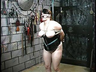 कोर्सेट में प्यारा मोटी गुलाम लड़की को अपने गुरु द्वारा निरोधक और अपमानित किया जाता है