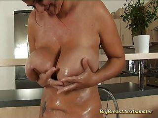 माताओं के बड़े स्तन सबसे अच्छे हैं