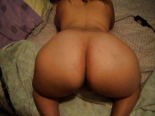 सींग का गलफुला लड़की उसके गधे मिलाते हुए