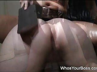 विनम्र आदमी एक सेक्सी femdom द्वारा spanked हो जाता है