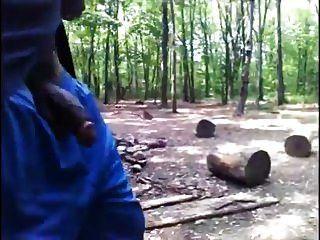 काला आदमी मुर्गा बाहर के साथ जंगल में चलता है