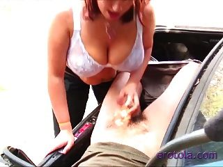 busty boobiekat ट्रंक में एक आदमी को blowjob देता है!