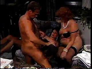 तीन पुराने grannies युवा आदमी के साथ छेड़खानी