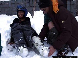 श्यामला किशोर आरा बर्फ में एक मोटी फूहड़ ले