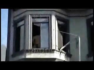 खिड़की पर मरोड़ते हुए और पूरे पड़ोस इसे प्यार करता है!