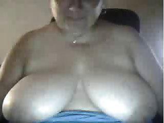 बीबीडब्ल्यू महिला कैम पर स्तन दिखाता है