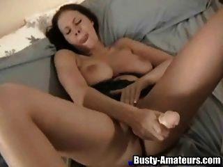गियाना उसके सेक्स टॉय के लिए महान प्यार के साथ एक सींग का श्यामला है