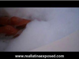 busty लेला के साथ bubbly टब स्नान
