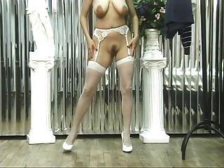 सेक्सी नीचे पहनने के कपड़ा में लड़की गर्म बिल्ली और स्तन से पता चलता है