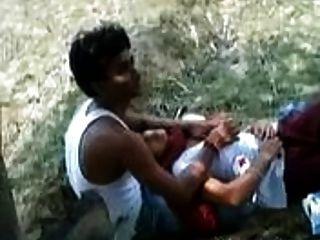 भारतीय लड़की अपने प्रेमी को एक पार्क में उसके स्तन के साथ खेलने की अनुमति देती है