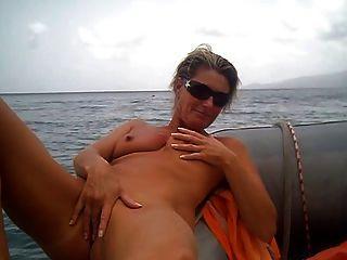 शौकिया हस्तमैथुन नाव पर