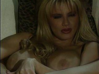 बड़े स्तन के साथ विंटेज गोरा dildo का आनंद ले रहे
