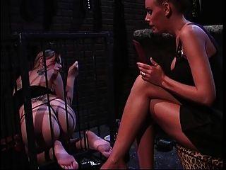 2 बंधन और पैर बुत में धूम्रपान गर्म लड़कियों