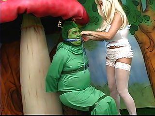 वसा स्तन के साथ सेक्सी एलीज़ वंडरलैंड में हार जाती है और एक कैटरपिलर के साथ खेलती है