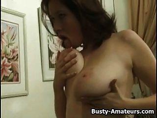 busty कैथ्रीन स्ट्रिपटीज़ और हस्तमैथुन