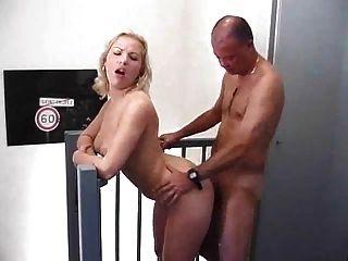 उसकी योनी में एक अंगूठी के साथ गंदा गरम